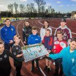 Kinderen en jongeren van verschillende Haagse sportclubs, in hun eigen tenue, tonen de maquette van het nieuwe sportcomplex. Straks hopen ze daar allemaal samen te trainen. © Frank Jansen